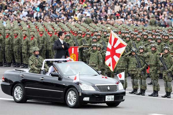 아베 신조(安倍晋三) 일본 총리가 2018년 10월 14일 일본 육상자위대 사열 행사에서 예를 표하고 있다.