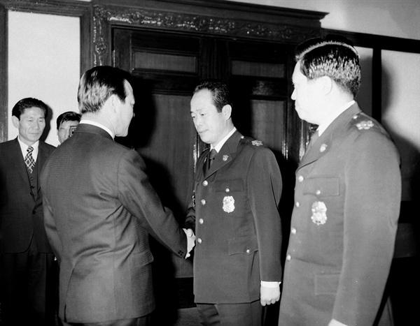 김종필 총리로부터 임명장을 수여받고 악수하는 정석모 치안국장 정석모는 1971년 12월 16일부터 1973년 1월 16일까지 치안국장을 지냈다. 비밀경찰 조직 '사직동팀'은 정석모 치안국장 시절 출범했다. 정석모는 강원도지사, 충남도지사, 내무부차관을 거쳐 1978년 국회의원에 당선되었다. 6선 의원이었던 정석모의 지역구에 2000년 그의 아들이 출마하여 국회의원이 되었다. 현 자유한국당 정진석 의원은 정석모의 아들이다.