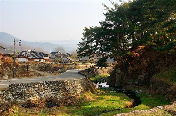 개평마을 정경 평촌천은 마을 집들을 들락거리며 마을을 굽어 흐르고 천변을 에두른 언덕에 줄잡아 300년은 넘어 보이는 소나무가 줄지어 자라고 있다. 마을은 그 곁에 있다. 천상(天賞)을 받은 마을이다.