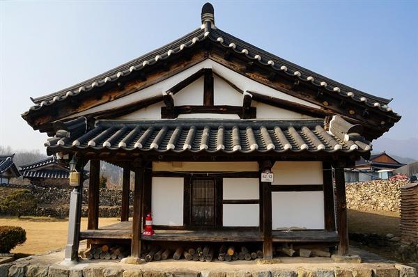 하동정씨고가 안채옆면 안채는 1644년에 지어진 것이다. 맞배지붕의 삼각형과 보와 기둥이 교차하여 생긴 네모, 부섭지붕까지 건축으로 그림을 그리려한 것 같다.