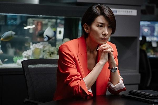 영화 <미스터 주>의 한 장면. 민국장 역의 배우 김서형의 모습.