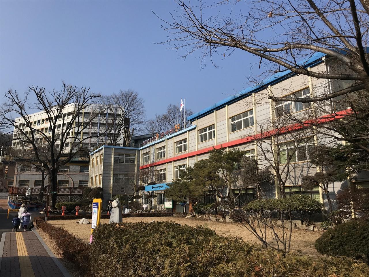 서울특별시교육청 어린이도서관 1979년 문을 연 가장 오래된 어린이도서관. '서울시립어린이도서관'이라 불리다가 2017년 2월 1일부터 '서울특별시교육청 어린이도서관'으로 이름을 바꿨다. 3개 건물로 구성된 도서관으로 장서량이 가장 많은 어린이도서관이다.
