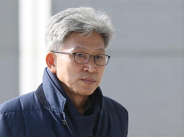 송병기 울산시 경제부시장이 20일 오후 검찰 조사를 받기 위해 울산지검으로 들어서고 있다.