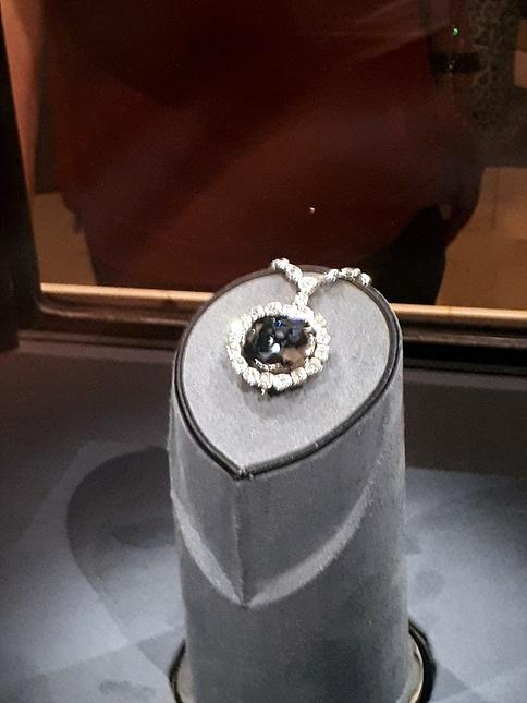 미국 스미스소니언 박물관 2층에 있는 싯가 2000억짜리 '호프 다이아몬드(Hope Diamond)'로 세계에서 가장 유명한 보석 중 하나다. 인간의 욕망이 저주를 내렸을까? 소장자마다 비극적 최후를  맞았다고 한다.