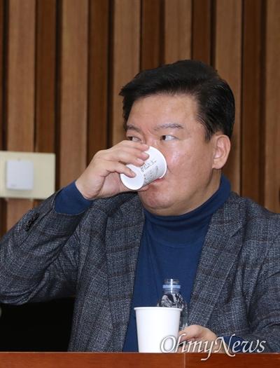 자유한국당 민경욱 의원이 20일 오전 국회에서 열린 원내대책회의에 참석해 목을 축이고 있다.