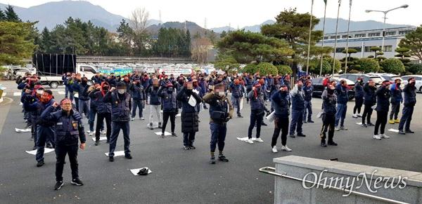 전국금속노동조합 경남지부 한국지엠창원비정규직지회는 20일 오후 창원공장 본관 앞에서 '결의대회'를 열었다.