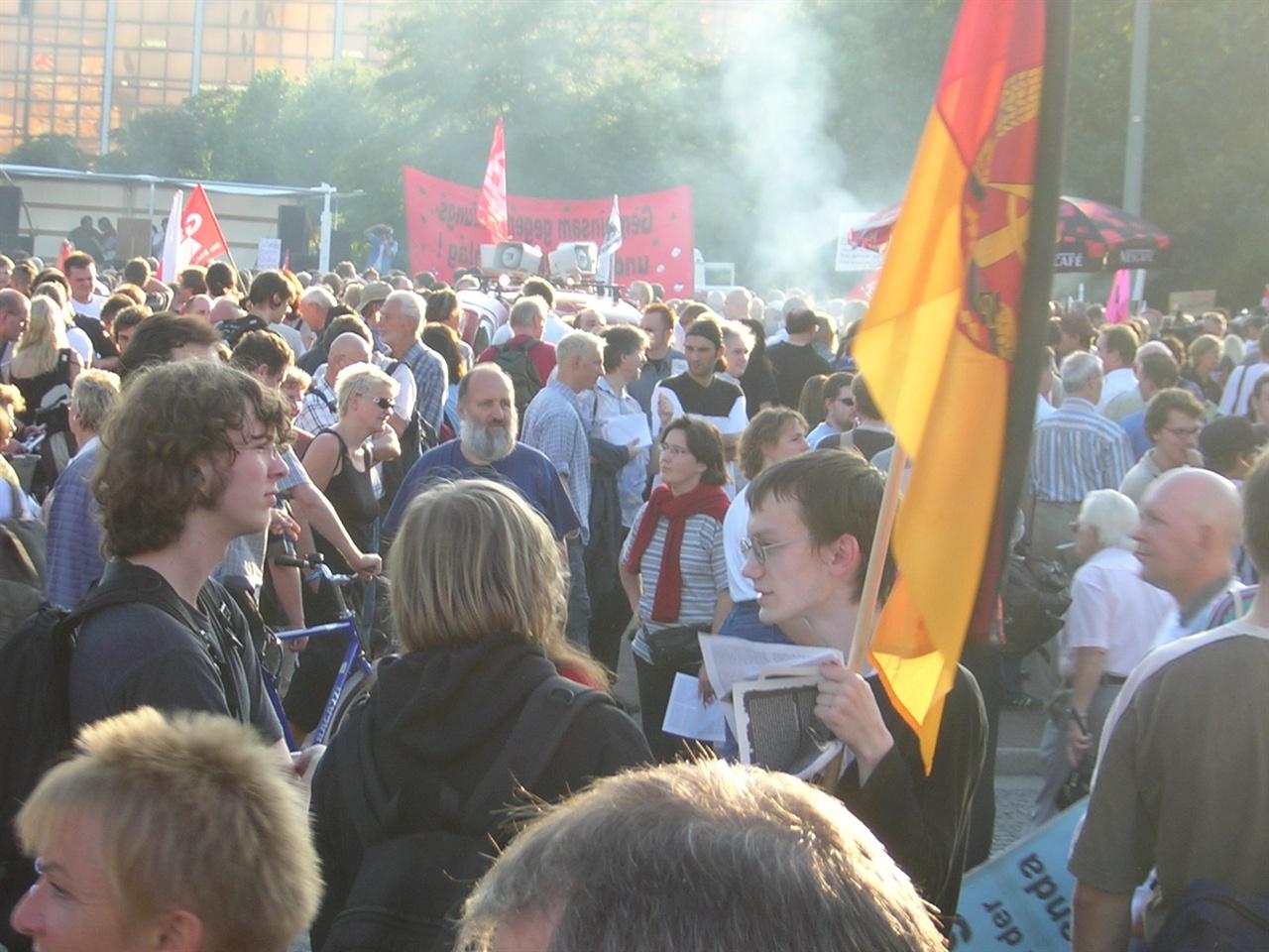 2004년, 새로운 노동정책에 반발해 시위에 나선 동독주민