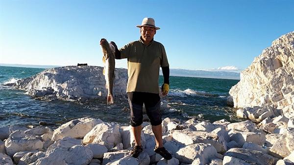 낚시를 좋아하는 몽골 운전사 저리거가 고기 한 마리를 들어보이고 있다. 10마리를 잡았지만 일행이 4명뿐이라며 한 마리를 제외하고 모두 호수에 놓아주었다.  텡그리의 뜻(하늘의 뜻)이라고 한다