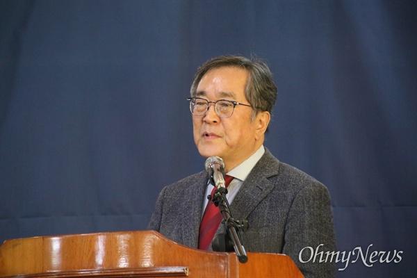 김태일 대구시 신청사공론화위원회 위원장이 22일 오후 팔공산 맥섬석 유스호스텔에서 대구시청 신청사 부지를 발표하고 있다.