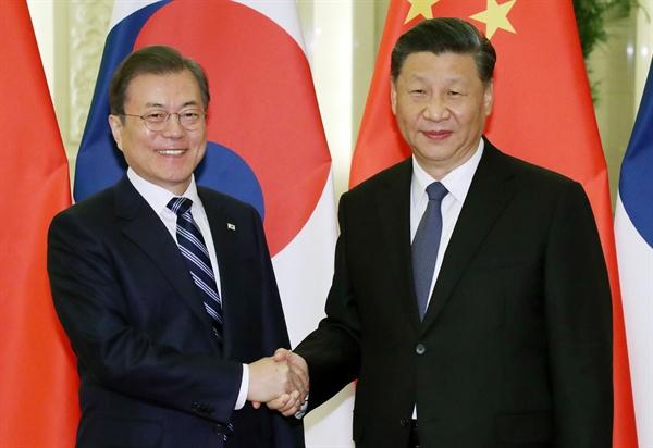 =문재인 대통령과 시진핑 중국 국가주석이 23일 베이징 인민대회당에서 정상회담 전 악수하고 있다.