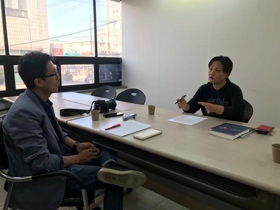 2019년 11월 4일. 김미숙씨가 대림동 공공운수노조 회의실에서 <작은책> 대표 안건모씨와 인터뷰를 하고 있다.
