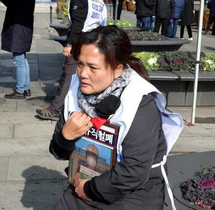 지난 11월 11일, 공공운수노조 발전비정규직연대회의가 광화문 세월호 광장에 추모분향소를 설치하고 특조위 권고안 이행을 촉구하는 농성에 돌입했다. 농성장을 설치하는데 이를 막고 있는 서울시 공무원들을 지켜보는 김용균씨 어머니.