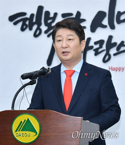 권영진 대구시장이 23일 대구시청에서 열린 송년 기자간담회에서 2019년 한 해의 성과를 발표하고 있다.