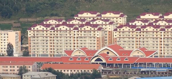 양강도 혜산시의 위연청년역과 신식 아파트 전경. 정성장 세종연구소 북한연구센터장이 2019년 8월 북-중 국경지역 답사 당시 촬영했다.