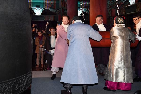박원순 서울시장과 신원철 서울시의회 의장이 2019년 새해 첫날인 1일 오전 서울 종로구 보신각에서 열린 '2018 제야의 종 타종행사'에서 시민대표들과 함께 종을 울리고 있다.