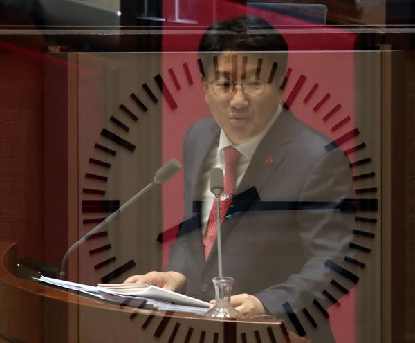 권성동 자유한국당 의원(강원 강릉시, 3선)이 지난 24일 오전 국회 본회의장에서 선거법 개정 반대 무제한 토론을 하는 모습.