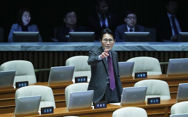 윤소하 정의당 원내대표가 24일 오전 국회 본회의장에서 선거법 개정 반대 토론에 나선 권성동 자유한국당 의원이 선거법 개정 4+1 협의체에 동참한 정의당을 비판하자 항의하고 있다.