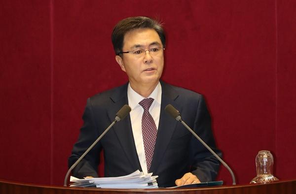 자유한국당 김태흠 의원이 25일 오후 국회 본회의장에서 '공직선거법 개정안'에 대한 '무제한 토론'을 하고 있다.