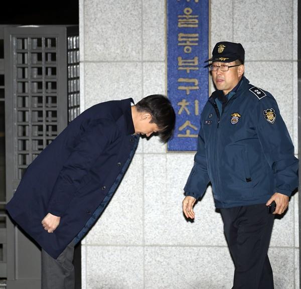 '유재수 감찰무마 의혹'과 관련해 직권남용 권리행사 방해 혐의를 받는 조국 전 법무부 장관이 27일 오전 구속영장이 기각되자 송파구 서울동부구치소를 나서며 인사하고 있다. 2019.12.27