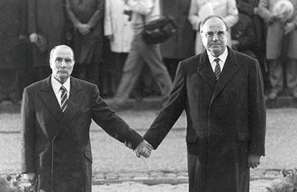 1984년 9월 22일 프랑수아 미테랑 프랑스 대통령(왼쪽)이 헬무트 콜 독일 총리와 프랑스 베르됭의 두오몽 납골당에서 열린 1차 세계대전 베르됭 전투 기념식에서 손을 잡고 서있다. 양국 화해의 상징이기도 하다