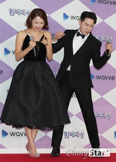 'SBS 연예대상' 소이현-붐, 신나는 댄스타임 28일 오후 서울 상암동 SBS프리즘타워에서 열린 <2019 SBS 연예대상> 포토월에서 라디오 '집으로 가는 길' 소이현과 '붐붐파워' 붐이 포토타임을 갖고 있다.