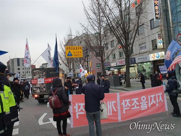 오후 5시께, 청와대 인근 주민들과 보수단체의 약 1시간 20분가량 대치 후, 보수단체가 행진 방향을 돌리는 모습이다. 경찰은 이들이 본래 집회를 시작했던 서울 덕수궁대한문 쪽으로 이동할 것이라고 전했다.