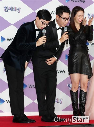 'SBS 연예대상' 유재석-지석진, 유산슬과 지르박의 인사 28일 오후 서울 상암동 SBS프리즘타워에서 열린 <2019 SBS 연예대상> 포토월에서 '런닝맨'의 자신을 '지르박'이라고 소개한 지석진과 '유산슬' 유재석이 인사를 하고 있다.