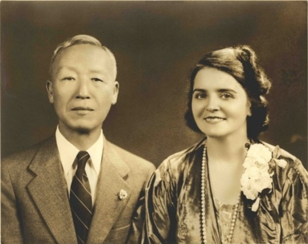 """프란체스카 여사와 이승만 프란체스카 여사는 나중에 """"나는 이 동양신사에게 사람을 끄는 어떤 신비한 힘이 있는 것을 느꼈다.""""고 회고했다. 이때 이승만은 58세, 프란체스카는 33세로 두 사람 간에는 25년의 차이가 있었다. 프란체스카 여사와 이승만은 곧 사랑에 빠졌고, 어머니의 반대를 무릅쓰고 미국으로 이주한 프란체스카 여사는 1934년 10월 뉴욕에서 이승만과 결혼한다."""