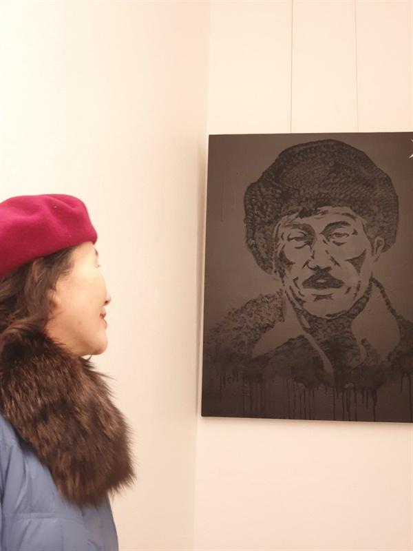 할아버지 최운산 장군을 묘사한 작품을 바라보는 손녀 최성주 선생