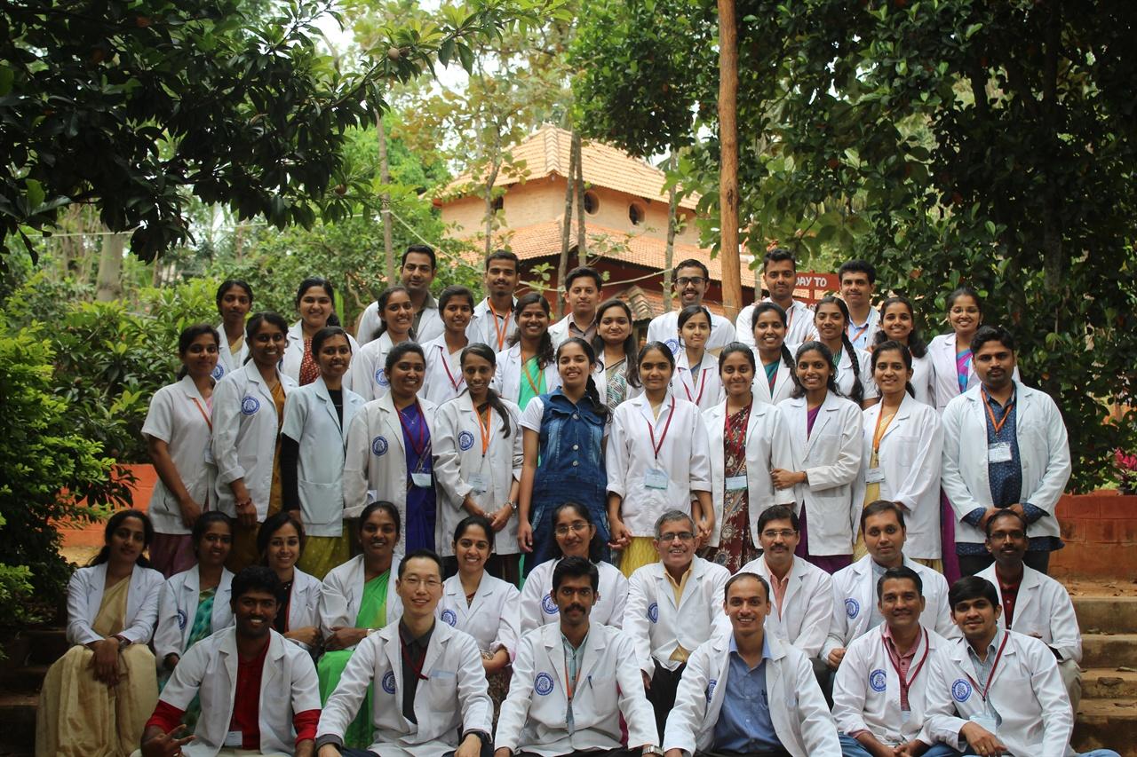 아유르베다 아카데미(Ayurveda Academy) 선생님, 동료들과 함께 찍은 사진 프로그램을 마치고 아유르베다 아카데미(Ayurveda Academy) 선생님, 동료들과 함께 찍은 단체 사진이다.