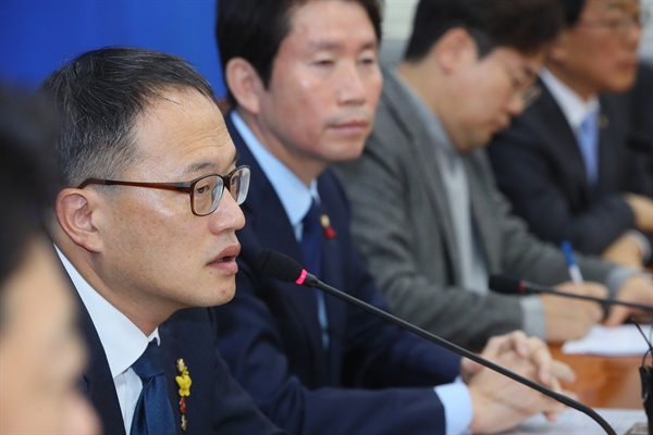 더불어민주당 박주민 최고위원이 29일 국회에서 열린 기자간담회에서 '공수처법' 에 대해 발언하고 있다.