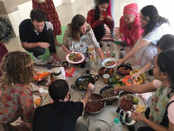 각자 요리한 음식을 함께 나누어 먹는다. 크리스마스 점심, 각자 한 가지 이상의 요리를 한 후 모여서 함께 나누어 먹는다.