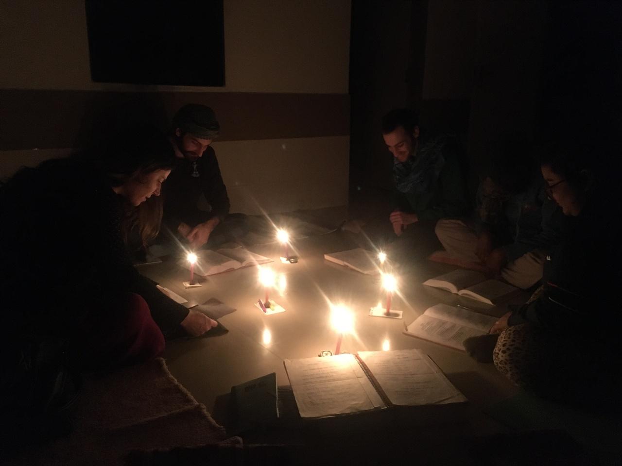 촛불 불빛 아래 진행된 그룹 스터디 정전으로 인해 그룹 스터디를 진행하기 어려운 상황에 처했지만, 촛불을 켜 놓고 무사히 그날의 그룹 스터디를 끝마칠 수 있었다.