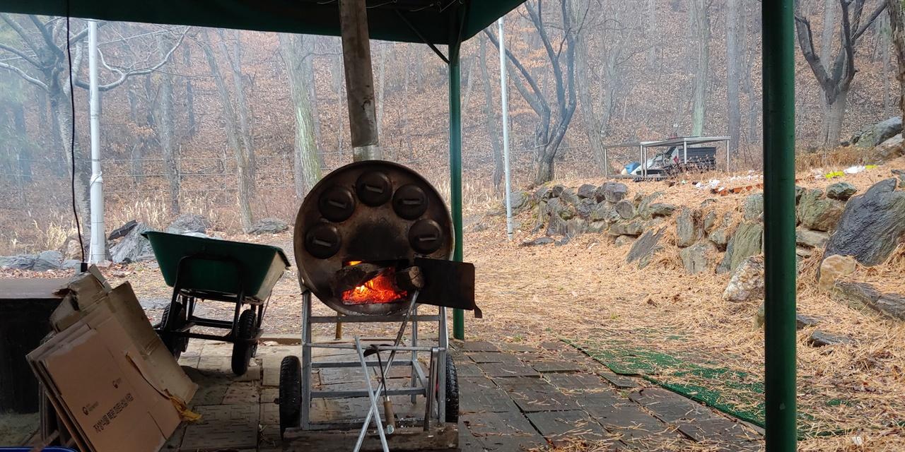 대전소년원 치유의 숲에 있는 군고구마통 진눈깨비가 내리던 날, 아이들이 장작불을 피워 군고구마를 구웠다