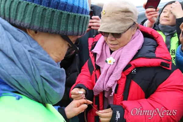 182일째 고공농성을 벌이고 있는 박문진 보건의료노조 지도위원을 만난 김진숙 민주노총 지도위원이 '희망꽃 목걸이'를 건네주고 있다.