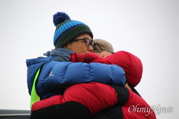 부산에서 대구까지 110km를 걸어 영남대의료원에 도착한 김진숙 민주노총 지도위원이 182일째 고공농성 중인 박문진 보건의료노조 지도위원을 만나 포옹하고 있다.
