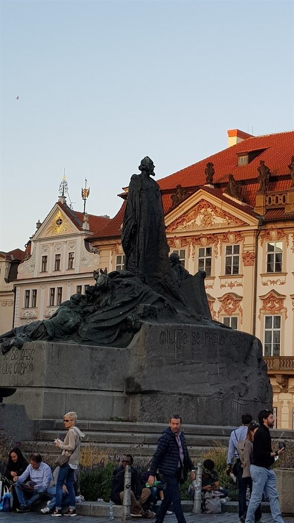 얀 후스 동상 그의 사상은 개신교 활동의 불씨가 됐다.