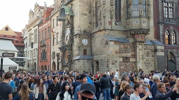 구시청사 앞 시계탑에서 벌어지는 퍼포먼스를 보기 위해 많은 사람들이 모이고 있다.