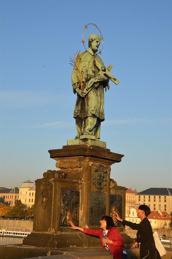 네포무츠키 성인상 그의 좌대에 새겨진 부조들이 사람들의 손길을 닿아 반질거린다.