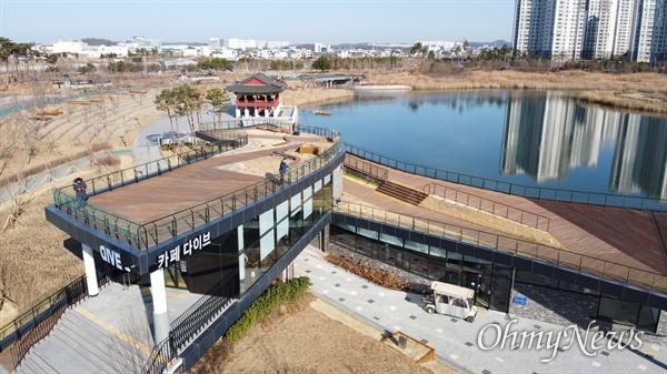 인천경제자유구역(IFEZ) 청라국제도시의 랜드마크인 청라호수공원과 커낼웨이가 내년에 다양한 수상시설을 이용할 수 있는 공간으로 태어난다.
