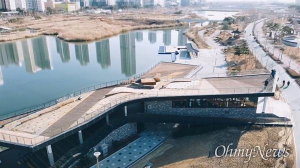 인천경제자유구역청은 지난달 청라호수공원의 수상레저시설 운영자인 ㈜아이젠웍스와 계약을 체결해 카누, 카약, 범퍼보트 등 다양한 형태의 수상레저시설과 컨텐츠를 이용할 수 있는 공간을 내년 3월에 오픈할 예정이다.