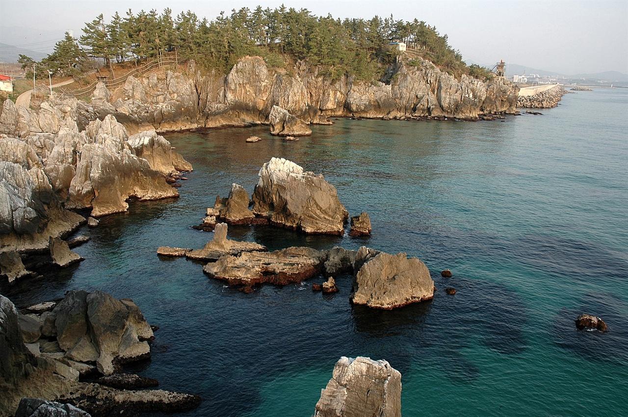추암해금강 추암 북쪽 해안은 해금강이라 불릴 정도로 기암의 아름다운 풍경을 이룬다.