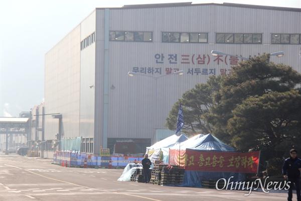 한국지엠 창원공장 본관 앞에 비정규직들이 설치해 놓은 천막농성장이 있다.