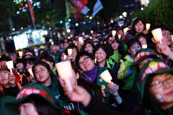 투쟁하는 톨게이트 요금수납원 여성노동자들