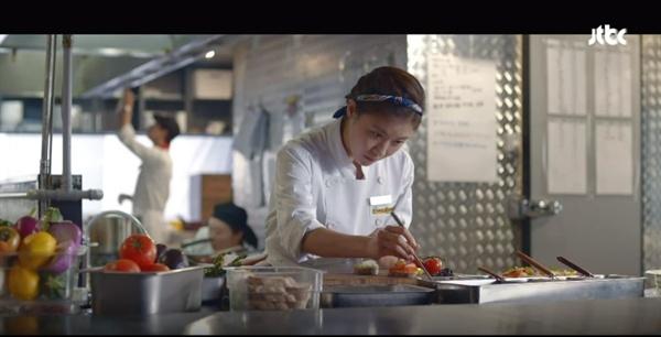 JTBC <초콜릿>의 차영(하지원)은 음식을 통해 사람들을 치유하는 요리사다.
