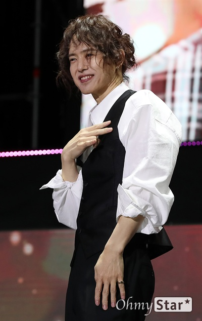양준일, 존재가 아트! 가수 양준일이 31일 오후 서울 군자동 세종대에서 열린 팬미팅 기자간담회에서 포토타임을 갖고 있다. 양준일은 1991년 데뷔해 히트곡 '가나다라마바사', 'Dance with me 아가씨', '리베카' 등의 히트곡을 남겼고 최근 JTBC '투유 프로젝트-슈가맨3에 출연, 시대를 초월한 가수로 재조명되며 제2의 전성기를 누리고 있다. 31일 오후 2019 팬미팅 '양준일의 선물 - 나의 사랑 리베카, 나의 사랑 양준일'를 열고 팬들과 만난다.