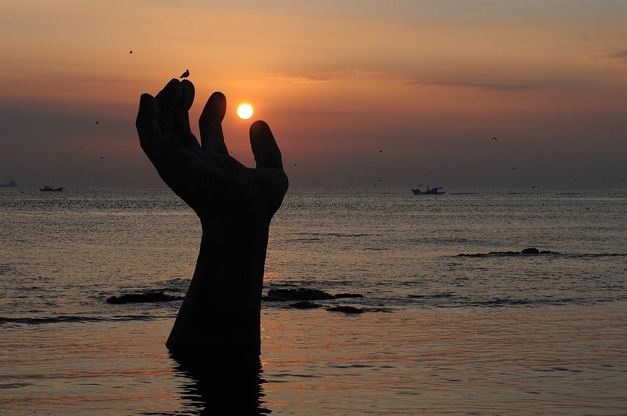 호미곶 상생의 손 일출  바다 위에 솟아 나온 상생의 손 위로 보는 일출은 명품이다.