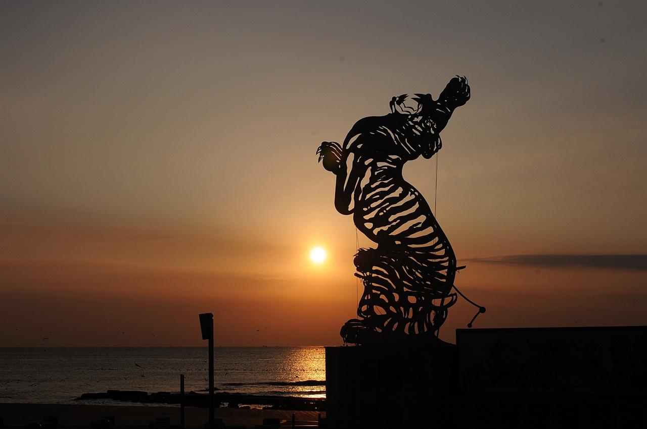 호랑이 모양의 한반도 지도 조형물 호미곶광장에 조성된 한반도 지도 모양의 조형물이다. 호랑이가 앞발을 쳐들고 포효하는 모습이다. 이곳에서 보는 일출도 좋다.