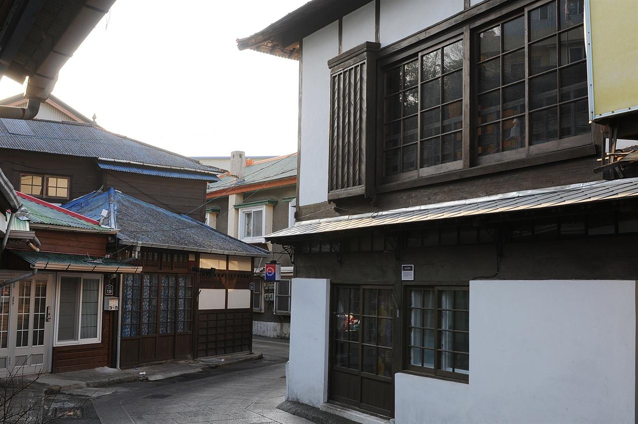 구룡포 근대문화역사거리 구룡포항에는 1923년 구룡포항을 조성한 이후 들어와 살았던 일본인들의 거리가 남아 있다. 이 거리는 드라마 <동백꽃 필 무렵>의 주 촬영지로 이용되면서 핫플레이스가 됐다.