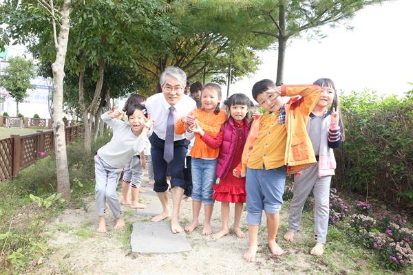 박종훈 경남도교육감이 통영 광도유치원에서 어린이들과 맨발걷기를 하고 있다.